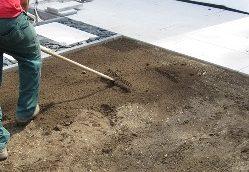 Rollrasen selbst verlegen: Bodenvorbereitung