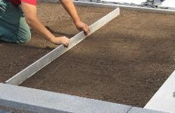 Fertigrasen Verlegung selbst machen: Bodenvorbereitung und Begradigung