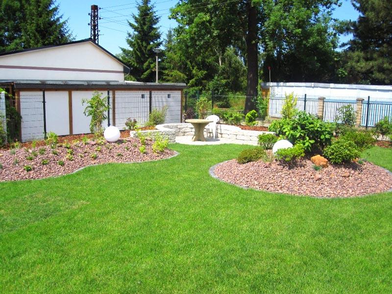 Gartenplanung und Umsetzung mit Rollrasen verlegen, Swimming Pool, Bepflanzung, Steinmauer