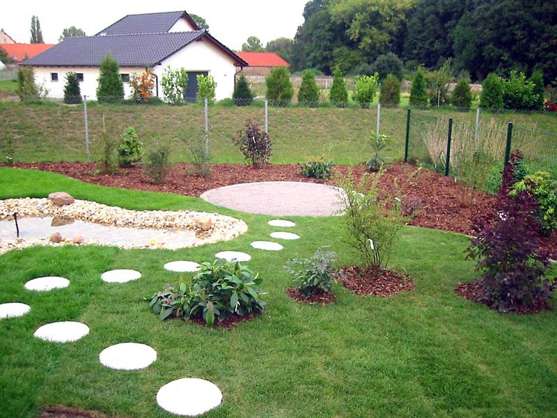 Gartengestaltung und Außenanlage mit Rollrasen, Wegen und Teich