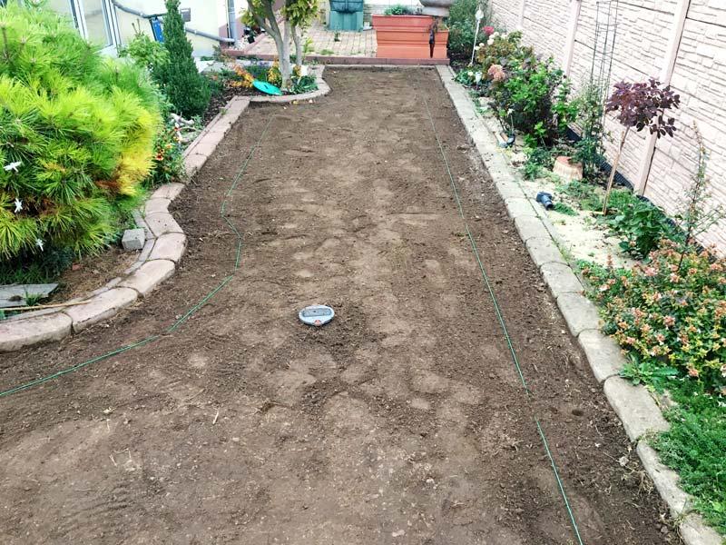 Der Boden im Garten ist vorbereitet für die Verlegung des Maulwurfnetzes.