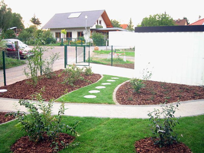 Vorgarten mit Wegen, Rollrasen und Bepflanzung von Rollrasen Schirmer