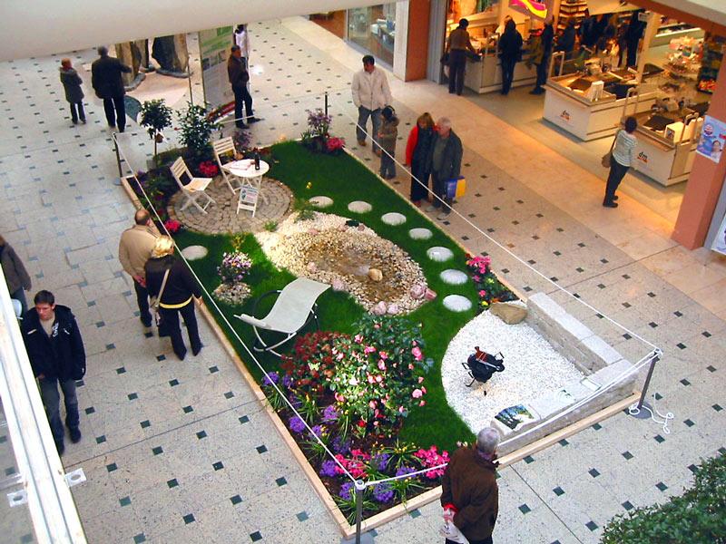 Dekoration im Einkaufspark Nova Eventis mit Rollrasen und Gartenelementen