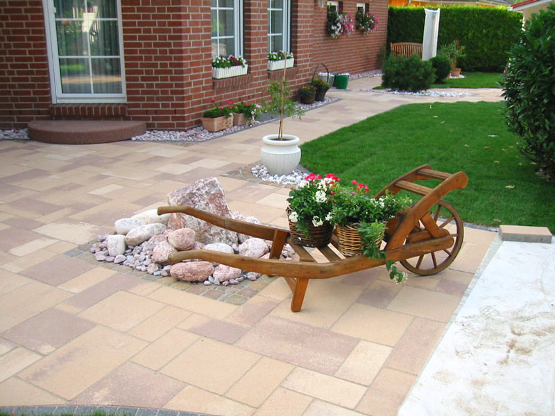 Gestaltung des Gartens vor dem Haus mit Rollrasen und Steinplatten