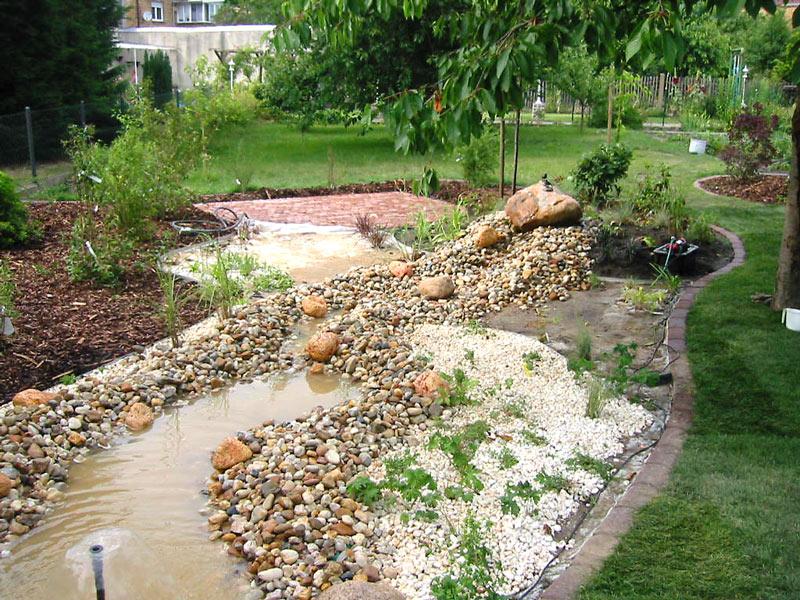 Gartengestaltung in Bitterfeld mit Rollrasen und Bachlauf