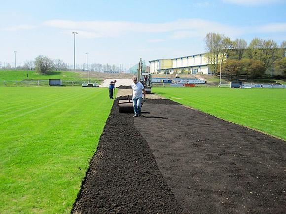 Verlegung von Rollrasen auf dem Sportplatz in Mittweida - Vorbereitung des Bodens