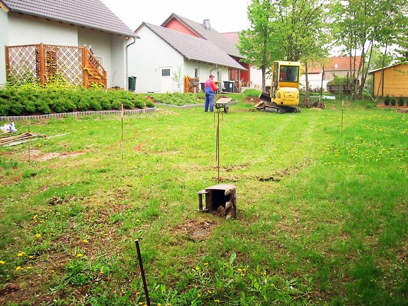 Vorher: So sah der Garten vor der Verlegung des Rollrasens aus