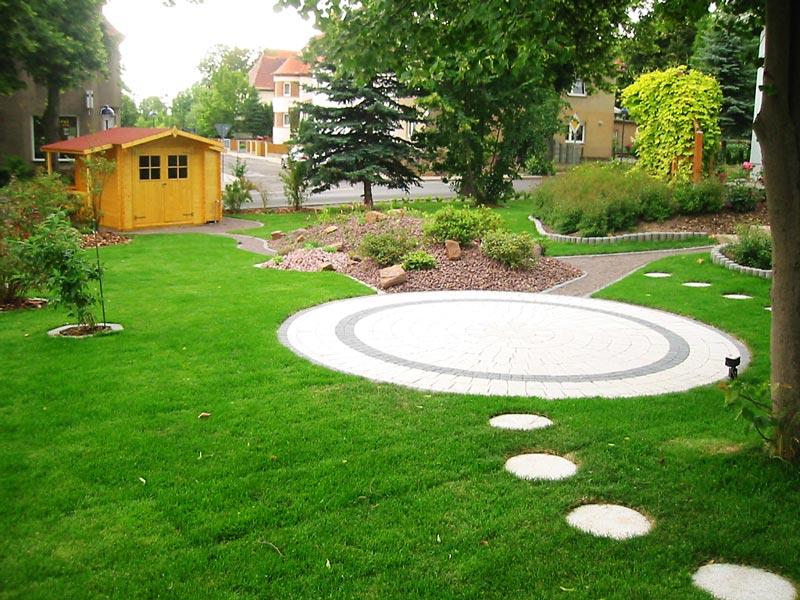 Gartengestaltung mit einem Pflasterkreis auf dem Rollrasen