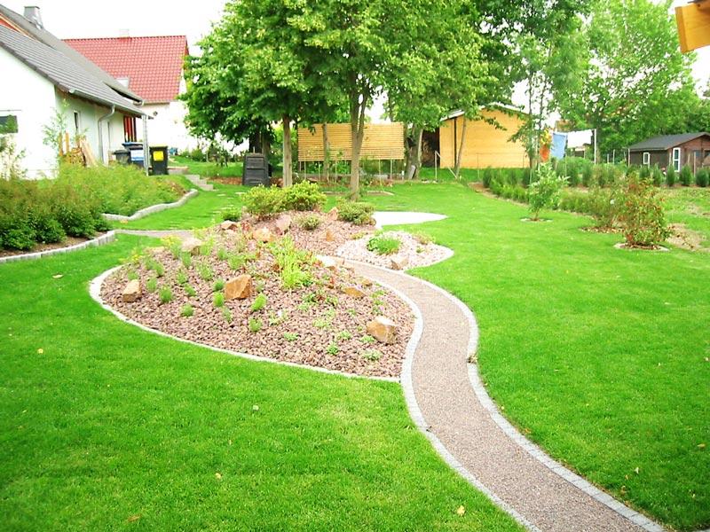 Rollrasenverlegung und Anlegen von Hügelbeeten und geschwungenen Gartenwegen