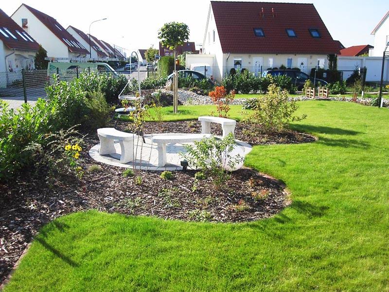 Pflasterkreis mit Sitzecke und neuer Rollrasen im Garten