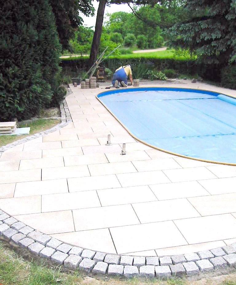 Anlegen eines Pools und Umrandung mit Platten und Steinen