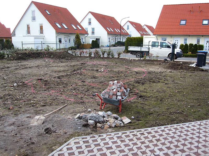 Bodenvorbereitung und Markierungen für die Verlegung von Rollrasen und die Anlage des Gartens