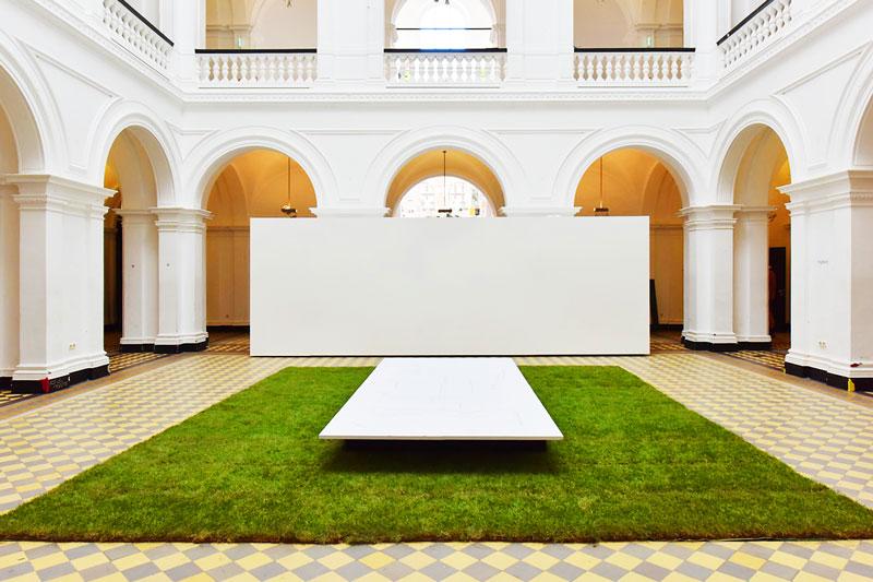 Die Installation von Rollrasen auf dem Fußboden in der HGB Leipzig
