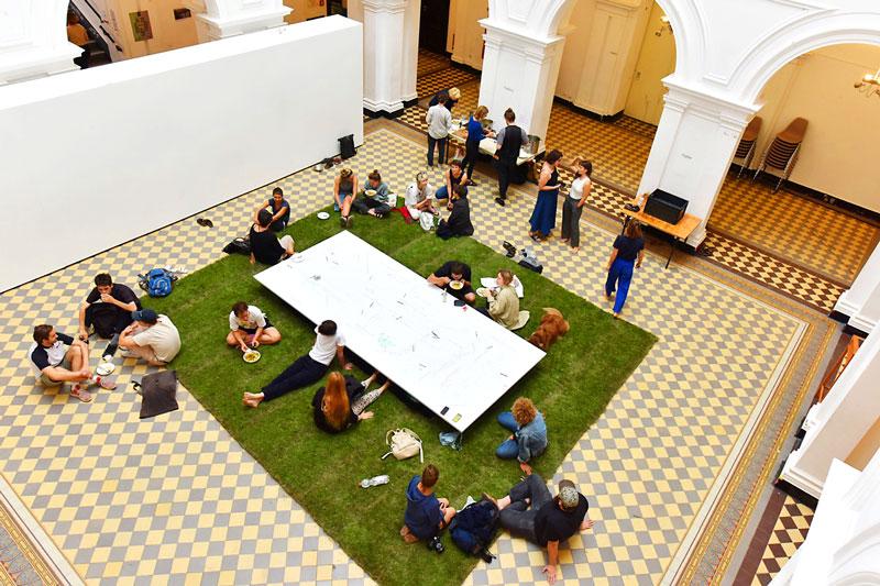 Wohlfühlfaktor beim Studieren - Rollrasen Schirmer sponserte den Rasen für die HGB