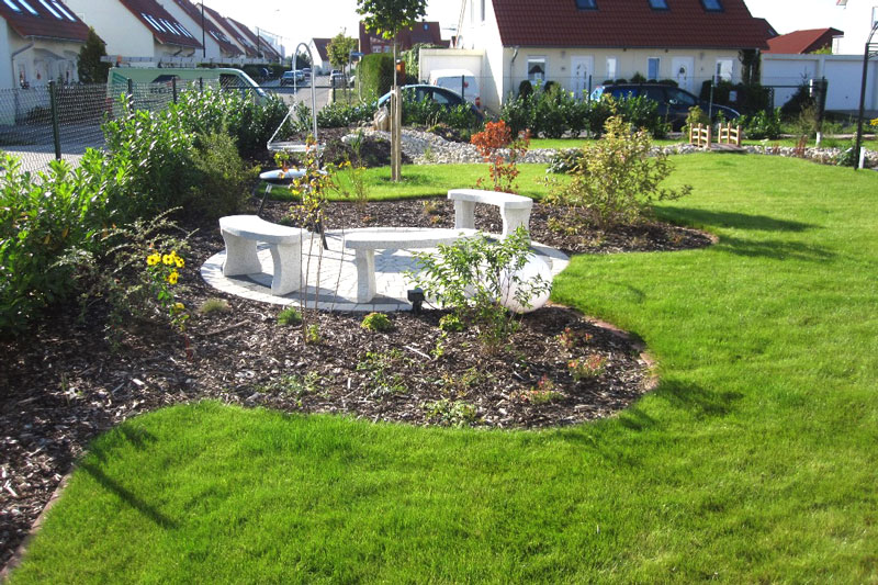 Rollrasen verlegt auf dem Grundstück mit Sitzecke und Gartengestaltung