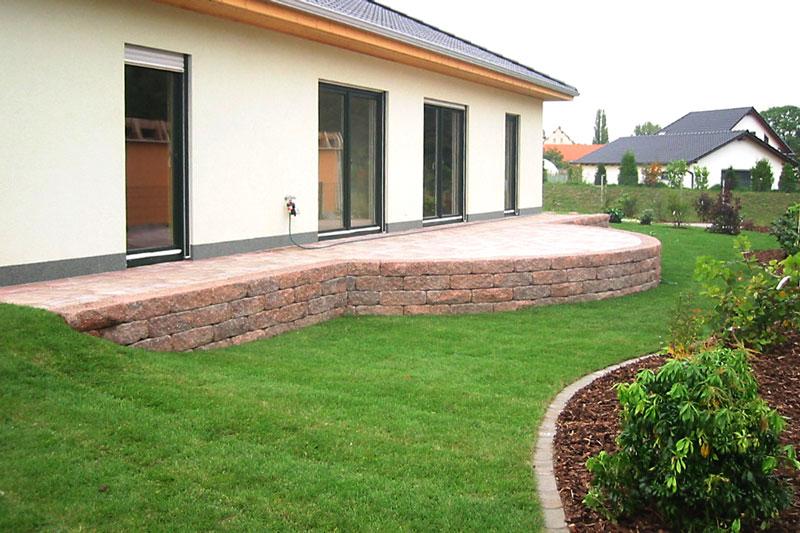 Beispiel für die Verlegung von Rollrasen im Garten